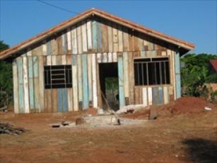 ממחזרים עץ מבתים ישנים לרהיטים