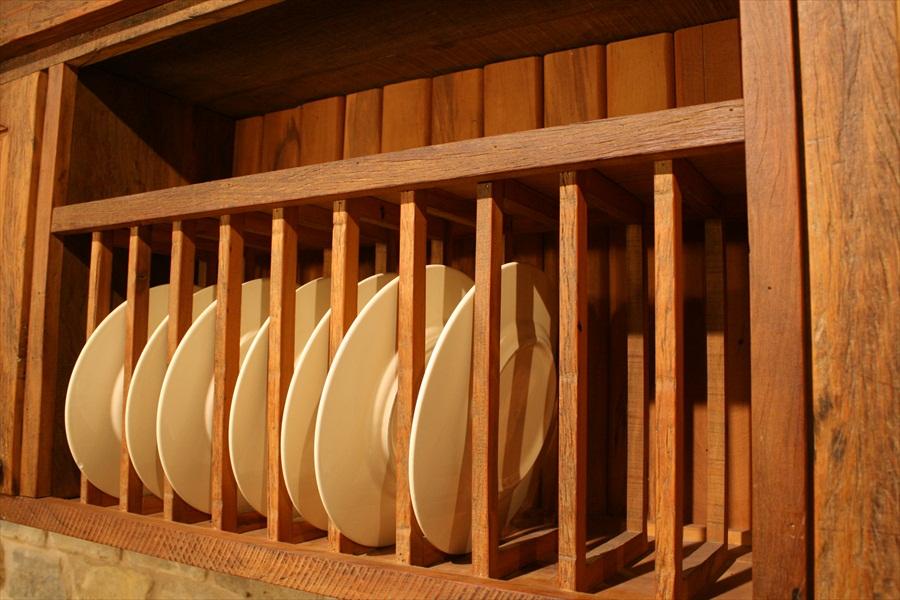 מקום לצלחות במטבח מעץ מלא