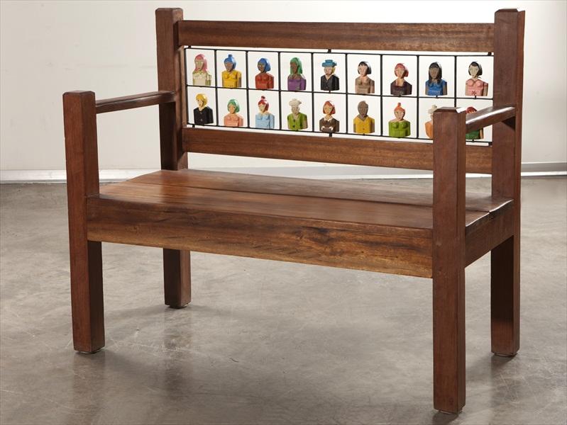 ספסל עם דמויות