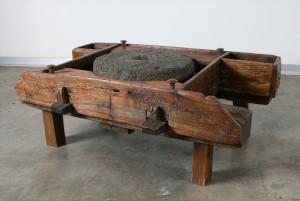 שולחן סלוני מתחנת קמח ביתית עתיקה