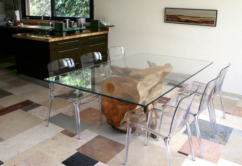 """שולחן אוכל מגזע """"פרובה"""" עתיק"""