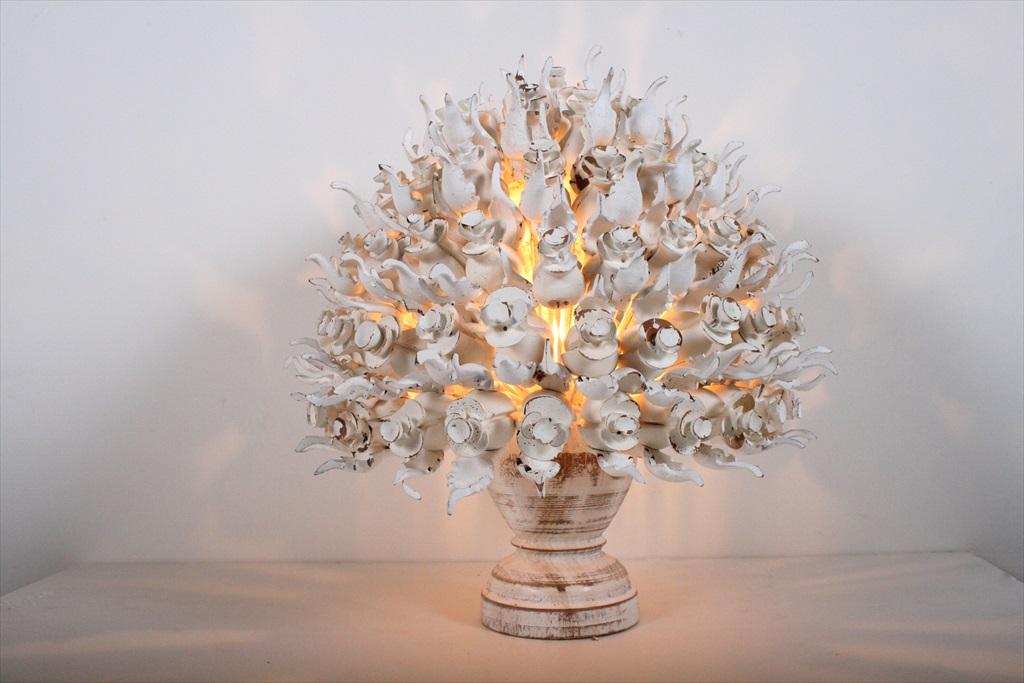 מנורת פרחים לבנה