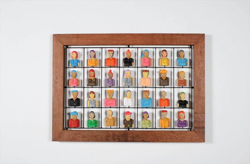 מסגרת מעץ ממוחזר עם דמויות מעץ