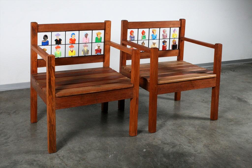 זוג ספסלים עם דמויות מעץ