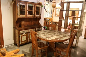 שולחן אוכל וארון ויטרינה במחיר שווה
