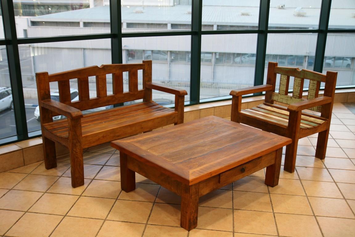 ספסלים ושולחנות סלונים למכירה מתצוגה