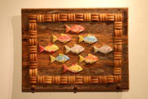 מתלה / דגים צבעוניים במסגרת עץ
