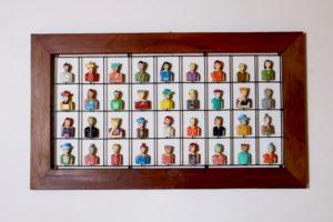 מסגרת דמויות ברזילאיות מגולפות מעץ